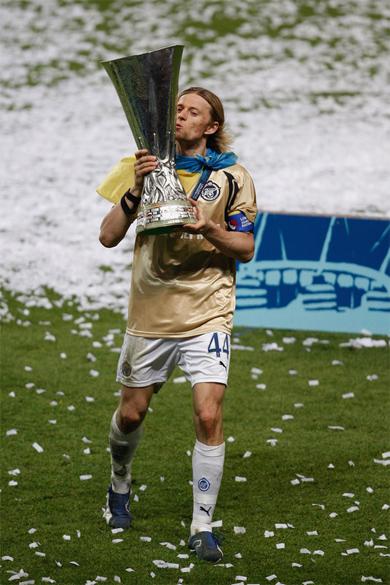 Тимощук поднял над головой Кубок УЕФА